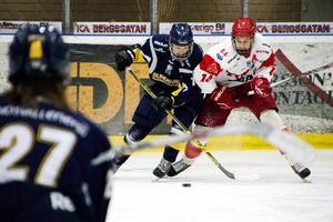 Filip Hållander i Timrå här i kamp med Sundsvall Hockeys Marcus Keisu under en match i J18 Allsvenskan under 2016.