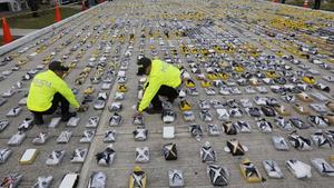 Colombiansk polis visar pressen ett stort beslag av kokain tidigare i år. Magnus Linton utforskar i