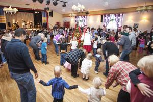 I år var dansarna fler än vanligt och fyllde fyra ringar runt granen.