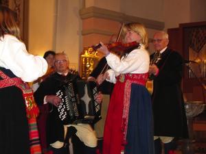 Boda Spelmanslag spelade i kyrkan på Luciadagens kväll. Foto:RobertBernhardsson