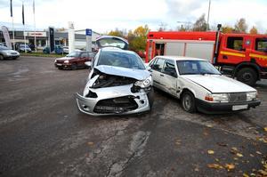 Två bilar i en olycka i korsningen Bergslagsvägen och Gamla Krylbovägen.