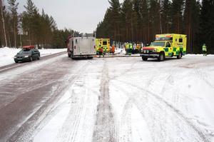 Tre ambulanser var snabbt på plats. Foto: Björn Rehnström/DT