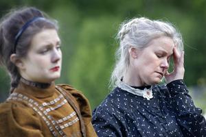 Två systrar, Bonnica Sjöblom som Irina, och Anki Thorell som äldsta systern Olga.
