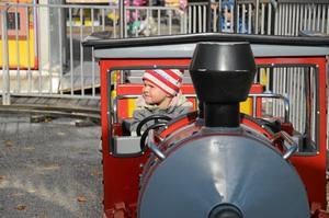 ALLTID I TID. På Stortorget fanns ett tåg för barnen. Saga Söderlund njöt av åkturen.