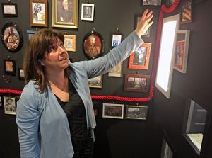 Stiftsbibliotekarien Pia Letalick visar utställningen