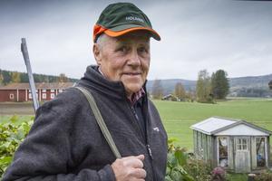 Från hemmanet har Rune Eriksson en fin utsikt över jaktmarkerna.
