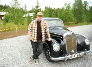 """Strömsundsbon Emanuel Nilsson, som numera bor i Uppsala, hade tagit med sig en Mercedes 220, årsmodell 1952, till rallyt. """"Det är första gången som jag kör den. Bilen har stått still i 30 år"""", säger hanFoto: Jonas Ottosson"""