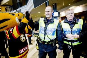 Hotet om ett indraget alkoholtillstånd hade en positiv effekt, konstaterar supporterpoliserna Tony Persson och Björn Orrsten.– Folk är mindre berusade nu, även på lördagsmatcherna, säger Björn Orrsten.