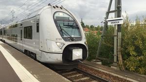 Framtidssträcka. Ett tåg kommer in till Arboga från Jädersbrukshållet. Där, strax innan Arboga, från Örebro räknat, börjar enkelspåret som fortsätter till Kolbäck. Enkelspår innebär att tågen måste mötas vid station vilket leder till väntetider och risk för förseningar. Dubbelspår – då kan tågen mötas obehindrat på varsitt spår i full fart och förutom att restiderna blir kortare ökar kapaciteten.