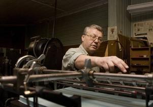 Unikt. Einar Ljungström reparerar en tryckpress från 1950-talet och trots att flera av pressarna som finns i museet i dag fortfarande används menar han att museet ändå är unikt eftersom maskinerna inte är hitplockade utan faktiskt står i samma byggnad som de tidigare användes.