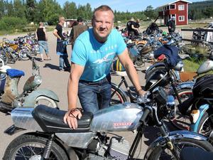 Med en moped av modellen Zundapp tävlar Jon Heden.