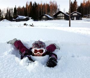 Moa Aronsson bor i en av familjen Schöllins nybyggda stugor en kilometer norr om Kungsberget. Moa har tillsammans med mamma Erika Persson och pappa Niklas Aronsson provat åka spark för första gången. På vägen hem från backen passade hon också på att leka i snön.