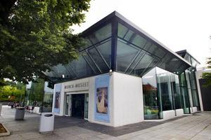Det nyinstiftade Edvard Munch Art-priset tilldelas den franska konstnären Camille Henrot. Förutom prissumman på 500 000 norska kronor får hon en egen utställning på Munchmuseet i Oslo.