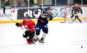 Joakim Norin var BHF:s bäste back mot Hudiksvall. Här vinner Joakim en av flera dueller mot en Hudikspelare.
