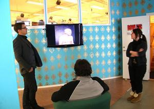 Söderhamns första station för videokonst är på plats, konstaterar Ulrika Östling, mediepedagog på Verkstäderna och Johan Anderung, konstkonsulent på Konst Gävleborg. I stolen Michael Nyhrén.