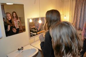 I logen. Agnes Björnemalm och Lisa Åkesson från Storåskolan tar sig en titt i spegeln i en av teaterns loger.