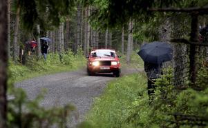Janne Westlund och Anita Jansson, MK Kopparberg, i en Volvo 240 låg bra till i tävlingen efter sjätte specialsträckan, här sjunde sträckan i Striberg.