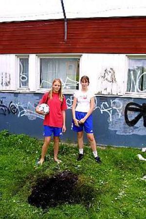 Foto: LEIF JÄDERBERG\nSnabbt larm. Linda Hellström och Sladana Draganic skulle träna fotboll. I stället upptäckte Sladana en anlagd brand vid Stenebergsskolan och slog snabbt larm.