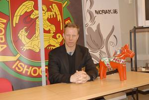 Patric Wener är nu tillfälligt i Mora och bekantar sig med laget och orten innan han permanent flyttar från Österrike till Dalarna den 1 maj. Han har dock lyckats avstyra ett landslagsuppdrag han skulle ha haft i U18-VM för Österrike.