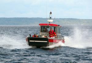 Hjälpen kommer. Rättviks räddningstjänst på väg till ångfartyget Engelbrekt under säkerhetsövningen.