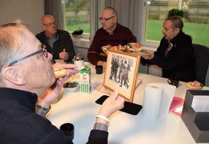 Hans Jonsson, med den inramade bilden i handen, började i Kuben, gick sedan till Heffners innan han blev landslagsaktuell centerhalv i Selångers allsvenska bandylag.