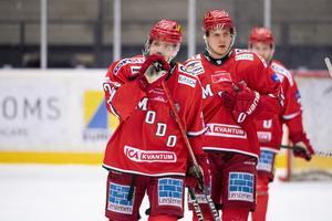 Modos Mikkel Aagaard och Filip Sveningsson deppar under ishockeymatchen i Hockeyallsvenskan mellan Modo och Timrå den 26 februari 2021 i Örnsköldsvik.