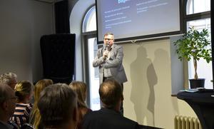 Anders Hedenius (S), ordförande i Näringslivsbolaget, har anlitat ett konsultbolag från Falun som ska leda utredningen. Konsultarvodet ligger på mellan 1 600 till 2 200 kronor i timmen.