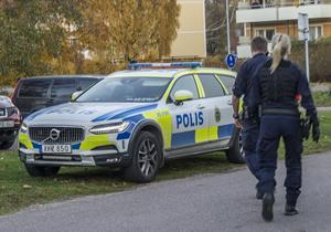 Polisen på plats  i Krylbo där under onsdagen letade efter en eller flera personer som kan ha varit inblandade i mordet av den 29-åriga mannen i Eskilstuna. Foto: Niklas Hagman