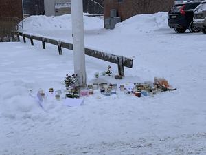 Gravljus, brev och kort med en sista hälsning, hade ställts i snön intill flaggan som hissats på halv stång.