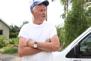 """Håkan Boström, villaägare i Grycksbo, är mycket kritisk mot grävningar och gatuarbeten som avstannat: """"Det sämsta jag sett"""", blir omdömet."""