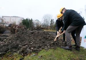 Trion Jan Hellqvist, vd för Pekum, Katarina Hansson, kommunstyrelsens ordförande i Kumla, Thomas Lundström, vd för Sjöborgs fastigheter greppade gemensamt spaden och påbörjade symboliskt bygget av 110 hyresrätter i kvarteret Gladan.