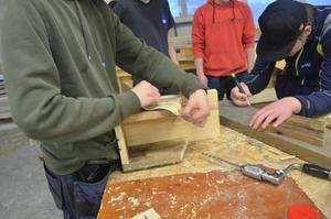Eleverna monterade med träplugg.