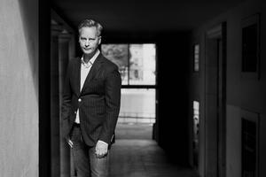"""Magnus Montelius andra roman """"Åtta månader"""" handlar om makt och hur långt människor är beredda att gå för att behålla den. Foto: Johanna Hanno"""