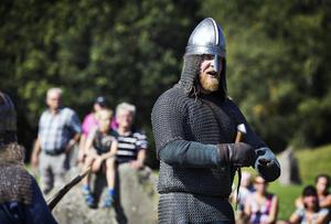 Torbjörn Blåe som som heter Max Gullberg när han inte agerar som viking, var en av fyra olika Torbjörn. De andra med tillnamnen Vtie, Gule och Brune.  På riktigt heter de Erik Hörnsten, Karl Kronlund och Fredrik Hellman.