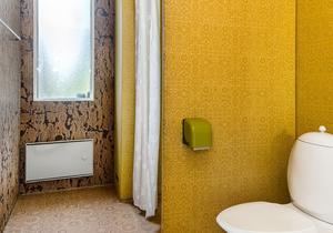 Brunt och gult är genomgående färger i hela  villan. Bild: Länsförsäkringar Fastighetsförmedling Sundsvall