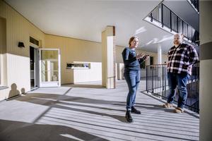 Solig terrass. Lise Frederiksen-Bach och Andreas Källdén är enhetschefer på det nya vård- och omsorgsboendet Karlslundsgården. De har varit med från början i planeringen. Redan 2016 var de med i den grupp som förberedde och kom med idéer kring den moderna teknik som är boendets signum.