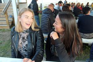 Emelie Ferry och Linn Hammarberg brukar åka till Trebo och sjunga allsång.