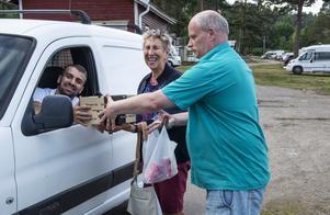 Maj-Lis Ögren, Sundsvall och vännen Peter Olsson, Örebro mötte upp Goran som levererade pizza.