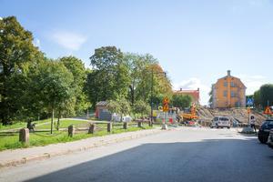 Västra Kanalgatan ska bli smalare och stenpollarna till vänster flyttas närmare husen till höger för att ge plats för nya tunnelinfarten till Kringlangaraget. Garageinfarten kommer svänga ner under den vändplan som ska byggas där bilen står och fortsätta vidare ner under Köpmangatan till höger in i Kringlan.