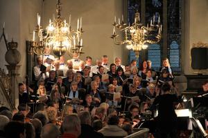 Avesta kyrkokör, numer känd som Cantores, med Avesta orkesterförening i förgrunden.