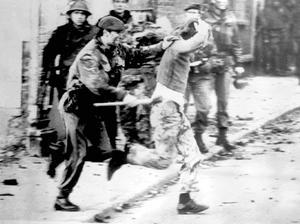 En brittisk soldat jagar en demonstrant i Londonderry, 30 januari 1972. Senare samma dag öppnar brittiska armén eld mot demonstranterna. Foto: AP Photo