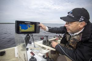 De två delar av Storsjön som ska undersökas har miljöinspektör Tony Andersson lagt in i ekolodets system och kan lätt navigera igenom områdena.