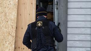 Bilen som rammade sportbutiken stals från Sotvretsvägen och är nu efterlyst enligt polisen.