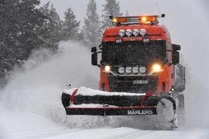 Klaus Perssons plogbil rullar dygnet runt under snövädret som drog in redan på måndagsmorgonen över Idre.