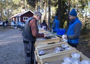 Utomhus kunde man köpa lokala fiskprodukter från Rönnskär, kolbullar, mandlar, hembakt bröd, för att nämna några saker.
