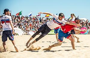 FOTO: EBUC     Det blev många täta och sevärda matcher inför storpublik på Praia da Rochas fina strand.
