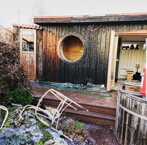 – Hade inte grannarna upptäckt det och hjälpt till hade huset kanske inte stått kvar, säger den drabbade husägaren om branden, som startade på utsidan av bastuväggen. Foto:  Privat.