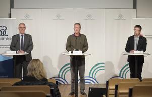 Thomas Lindén, avdelningschef, Socialstyrelsen, Anders Tegnell, statsepidemiolog, Folkhälsomyndigheten och Svante Werger, rådgivare på Myndigheten för samhällsskydd och beredskap (MSB) under torsdagens pressträff om coronaläget i Sverige. Foto: Amir Nabizadeh / TT