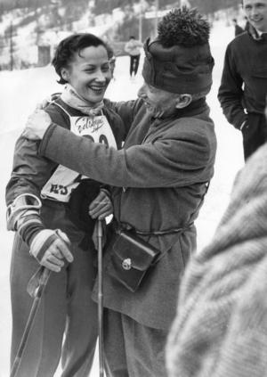 Sarah Thomasson, vald till Årets idrottsflicka 1951 stod för sveriges största framgång detta VM efter att hon erövrat bronsmedaljen i slalom. På bilden får hon en segerkram av sin pappa, fotografen Nils Thomasson. Villkoren för idrottare var lite annorlunda på den här tiden – mellan loppen kunde man se Sarah Thomasson hjälpa till i familjens butik i Åre.  Foto: Scanpix