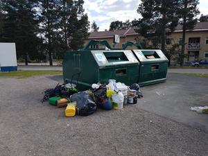 Insädarsignaturen Inge Dalt möttes av skräp som var slängd utanför behållarna på återvinningsbehållarna på Gärdeåsen. Foto: Privat